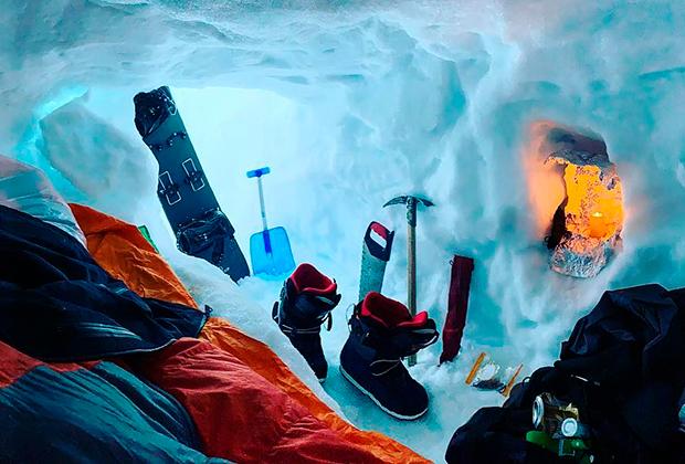 Снежная пещера для ночлега во время тренировок