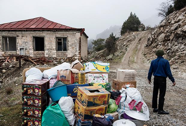 Люди покидают город Лачин (ранее Бердзор) в Карабахе