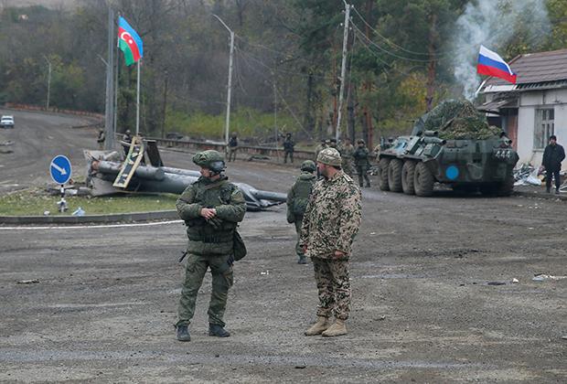 Российский миротворец и азербайджанский военный на КПП в районе Шуши