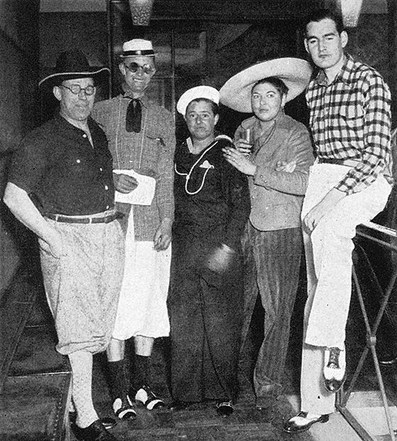 На вечеринке, организованной Джо Карстерс. Руфь Болдуин в костюме мексиканца и Джо Карстерс в костюме американского моряка