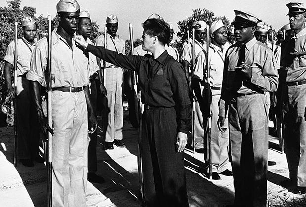Джо Карстерс инспектирует свою частную армию, охраняющую остров. 1941 год