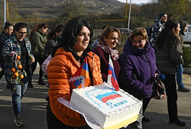 Представители администрации Степанакерта поздравляют российских миротворцев с профессиональным праздником, 25 ноября 2020 года