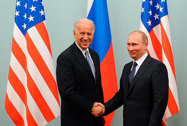Джозеф Байден и премьер-министр России Владимир Путин (слева направо) во время встречи в Москве, 2011 год