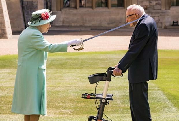 Королева Великобритании посвящает в рыцари Тома Мура, собравшего для врачей миллионы фунтов