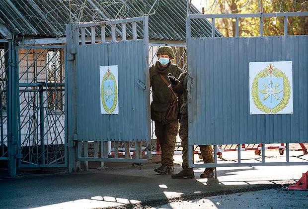 Ворота военного аэродрома Балтимор (Воронеж)