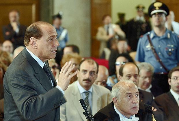 Премьер-министр Италии Сильвио Берлускони предстал перед судом, чтобы защитить себя от обвинений в коррупции, 17 июня 2003 года