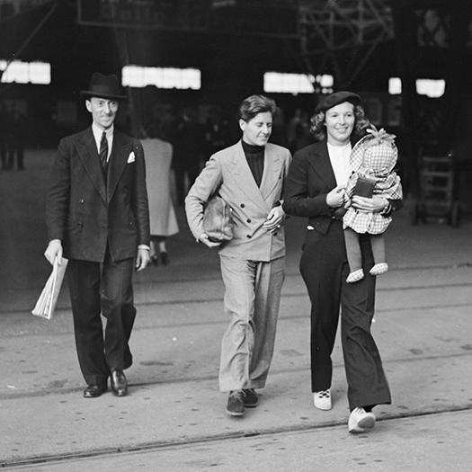 Джо Карстерс (в центре) и ее подруга миссис Пирман покидают Великобританию после похорон Руфи Болдуин. 1937 год