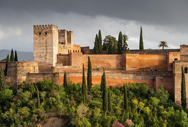 Стены Альгамбры имеют красноватый оттенок