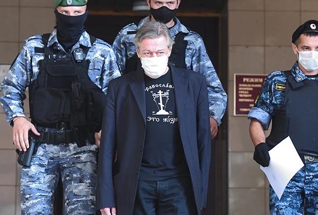 Актер Михаил Ефремов у здания Пресненского суда города Москвы после заседания по делу о ДТП со смертельным исходом