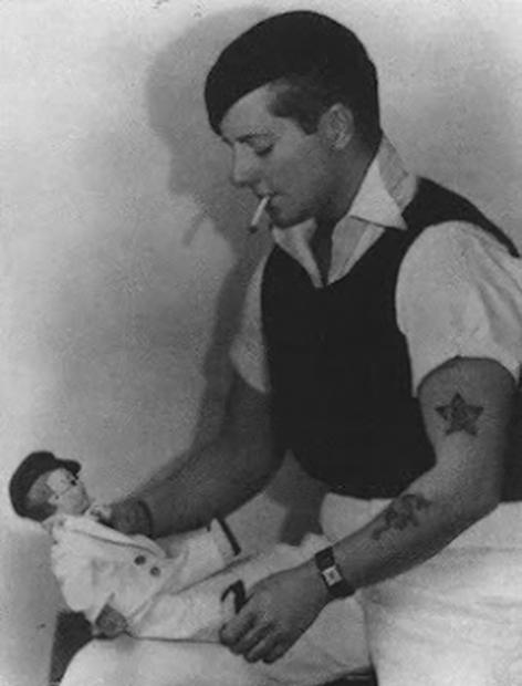 Джо Карстерс с куклой Лордом Тоддом Уэдли на коленях