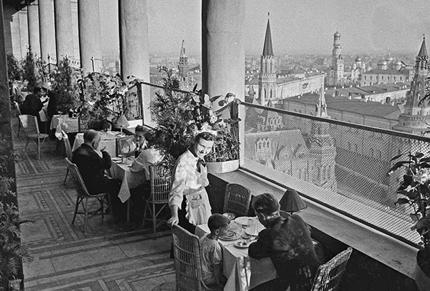 Кафе «Птичий полет» на балконе 15-го этажа гостиницы «Москва», 1947 год