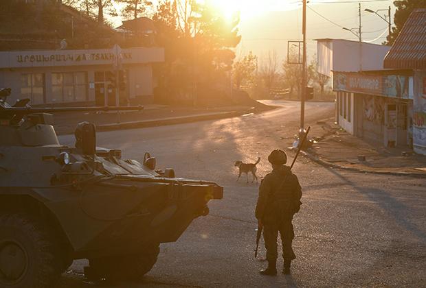 Российские миротворцы на одной из улиц в городе Лачин (ранее Бердзор)