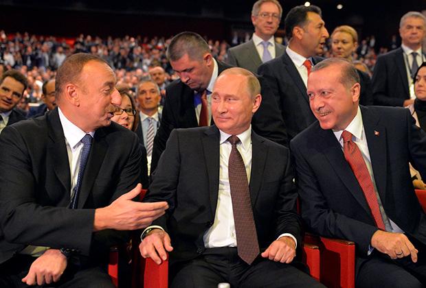 Президент РФ Владимир Путин, президент Азербайджана Ильхам Алиев (слева) и президент Турции Реджеп Тайип Эрдоган (справа)