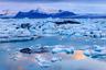Арктика и Антарктика находятся на разных концах земного шара: в первой расположен Северный полюс Земли, а во второй — Южный. Из общего у них — крайне суровый климат и вечный лед.  <br></br> Отличий же гораздо больше — даже в названиях этих зон заложено противопоставление: Арктика произошла от древнегреческого «арктос», то есть «находящаяся под созвездием Большой Медведицы», а Антарктика, открытая гораздо позже, — это «анти-Арктика», то есть расположенная напротив.