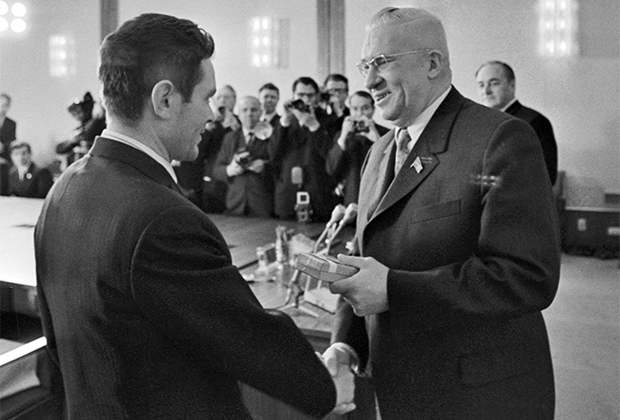 Заместитель Председателя Президиума Верховного Совета СССР Рубен (справа) во время вручения ордена Ленина Вячеславу Веденину