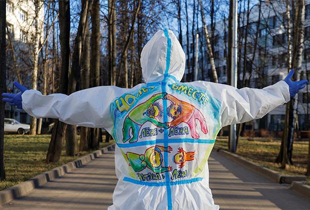 Волонтер разрисовал костюм перед визитом к пациентам в «красной зоне» в Москве