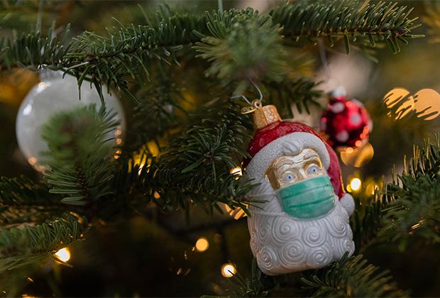 Елочная игрушка в виде Санта-Клауса в маске