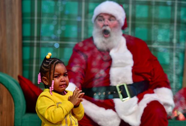 Трехлетняя девочка расплакалась во время визита к Санта Клаусу: они разделены стеклом из-за опасности заражения COVID-19