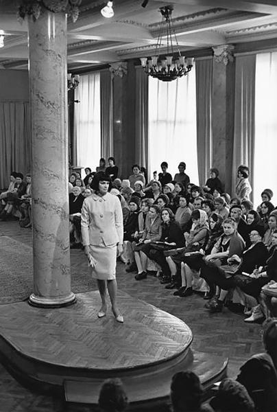 Общесоюзный дом моделей (ОДМО). На подиуме— Елена Изергина, октябрь 1965 года