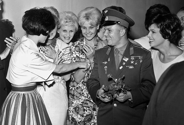 Юрий Гагарин с советскими манекенщицами, Елена Изергина справа, 1961 год