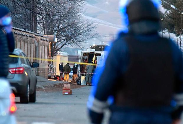 Место взрыва смертника у здания ФСБ в Карачаево-Черкесии, 11 декабря 2020 года