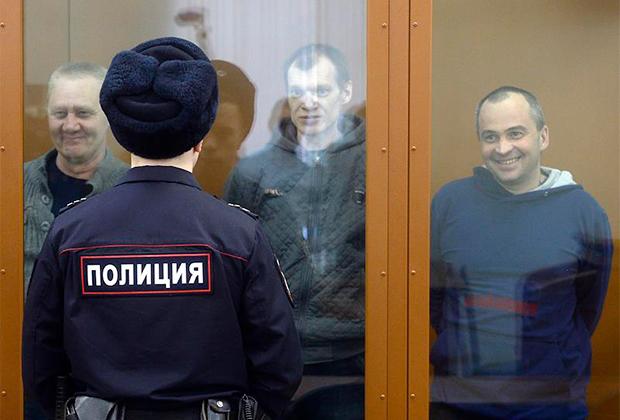 Члены движения «Артподготовка» во время оглашения приговора (слева направо): Сергей Озеров, Олег Иванов и Олег Дмитриев