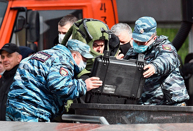 Сотрудники спецслужб на месте захвата заложников в отделении банка в Москве