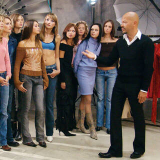 Ведущий Федор Бондарчук с участницами реалити-шоу «Ты— супермодель» во время съемок