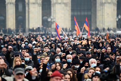 Армянская оппозиция вновь собралась у здания правительства