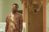 Дебютный фильм Мерави Геримы, пожалуй, разворачивается на самом парадоксальном символическом перекрестке в кино этого года — на пересечении между киношколой и гетто, между авангардом кино и дном жизни. Главный герой, закончив режиссерский факультет, возвращается в родной Вашингтон, на исторически черные улицы, которые переживают стремительную джентрификацию, и пускается на поиски друзей детства— детства, о котором он хочет снять свой фильм. Но имеет ли он после бегства в богемные выси искусства и высшего образования на это право? Этот вопрос сквозит в «Осадке», выражаясь импрессионистскими захлестами стиля, и дополняется яростью по отношению к внешнему миру, ради наживы застройщиков и покоя белых буржуа безжалостно уничтожающему сам дух черных районов.