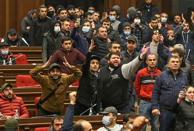 Протестующие ворвались в парламент Армении после подписания соглашений по Карабаху