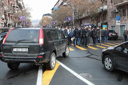Протестующие перекрыли дороги в Ереване