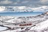 Еще один необычный феномен, распространенный на Крайнем Севере, — верхний мираж, оптическое явление, объясняемое преломлением солнечного света в слоях воздуха разной температуры. Так, в XVI веке экипаж судна Вилема Баренца увидел восход Солнца после полярной ночи на две недели раньше, чем ожидалось. <br></br> Особой удачей считается заметить в морских водах процесс рождения айсберга: в разгар лета исследователи нередко застают момент, когда от шельфовых ледников отламываются огромные куски льда весом в тысячи тонн.