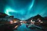 Если повезет, в полярном туре можно стать свидетелем уникальных явлений, в большинстве случаев недоступных в обычных регионах. <br></br> Одно из них — северное сияние: короткий световой день и затяжные ясные ночи создают наилучшие условия для того, чтобы увидеть свечение атмосферы — остается только дождаться бурной солнечной активности. Вдобавок путешественникам может выпасть шанс застать полярный день, полярную ночь и дни солнцестояний.