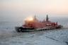 Отправиться в полярный тур можно и на настоящем атомном ледоколе, например, на крупнейшем в мире «50 лет Победы». Построенный на Балтийском заводе в Санкт-Петербурге атомоход предназначался для проводки научно-исследовательских и грузовых судов по Северному морскому пути, однако, как оказалось, идеально выполняет свои функции и в пассажирских круизах.  <br></br> На борту 160-метрового ледокола размещены просторные каюты, фитнес-зал, рестораны, музыкальный салон, бассейн, сауна и библиотека. Работает даже спутниковое телевидение.