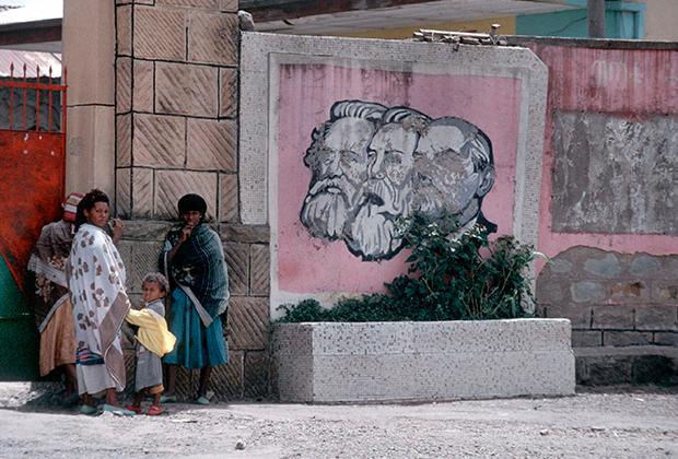 Портреты Маркса, Энгельса и Ленина в столице Эфиопии Аддис-Абебе, 1991 год