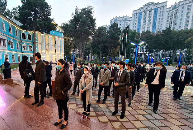 Очередь на избирательный участок, Душанбе, Таджикистан