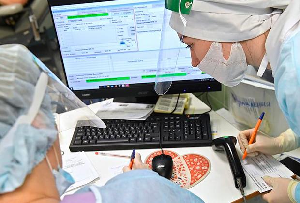 Медицинские работники оформляют анализы крови пациентов, переболевших COVID-19 и  сдавших плазму крови в городской клинической больнице №52