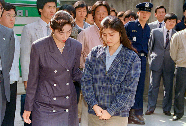 Ким Хён Хи возле здания суда, 1989 год