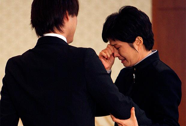 Сын одного из похищенных Северной Кореей мужчин утешает плачущую Ким Хён Хи