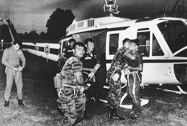 Полицейские, искавшие обломки самолета в джунглях на границе Таиланда и Мьянмы (в то время Бирма)