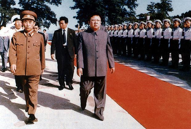 Северокорейский лидер Ким Чен Ир посещает армейскую дивизию, 1983 год