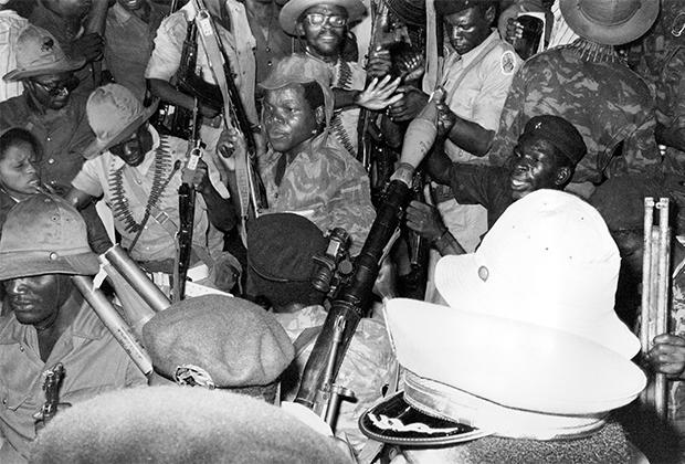 Телохранители членов МПЛА показывают свой арсенал советского оружия, 1975 год