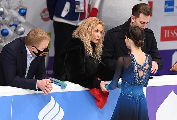 Слева направо: Сергей Дудаков, Этери Тутберидзе, Анна Щербакова, Даниил Глейхенгауз