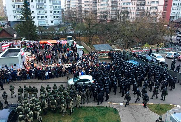 Силовики со щитами окружают людей на «площади перемен» в Минске