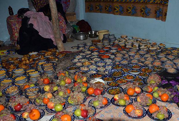 Угощение на деревенской свадьбе в Узбекистане