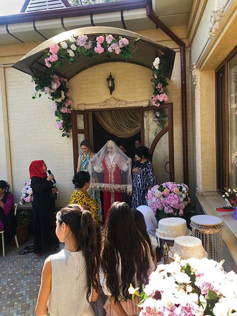 Невеста выходит к гостям и принимает подарки наутро после свадьбы