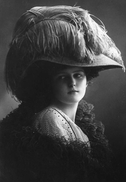 Широкополая женская шляпа со страусиными перьями, 1909 год