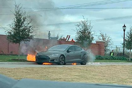 Tesla внезапно загорелась на дороге на глазах у владельца