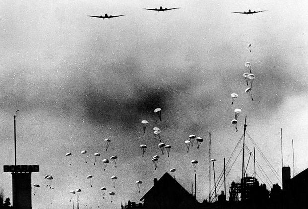 Немецкие десантники над Гаагой, 10 мая 1940 года